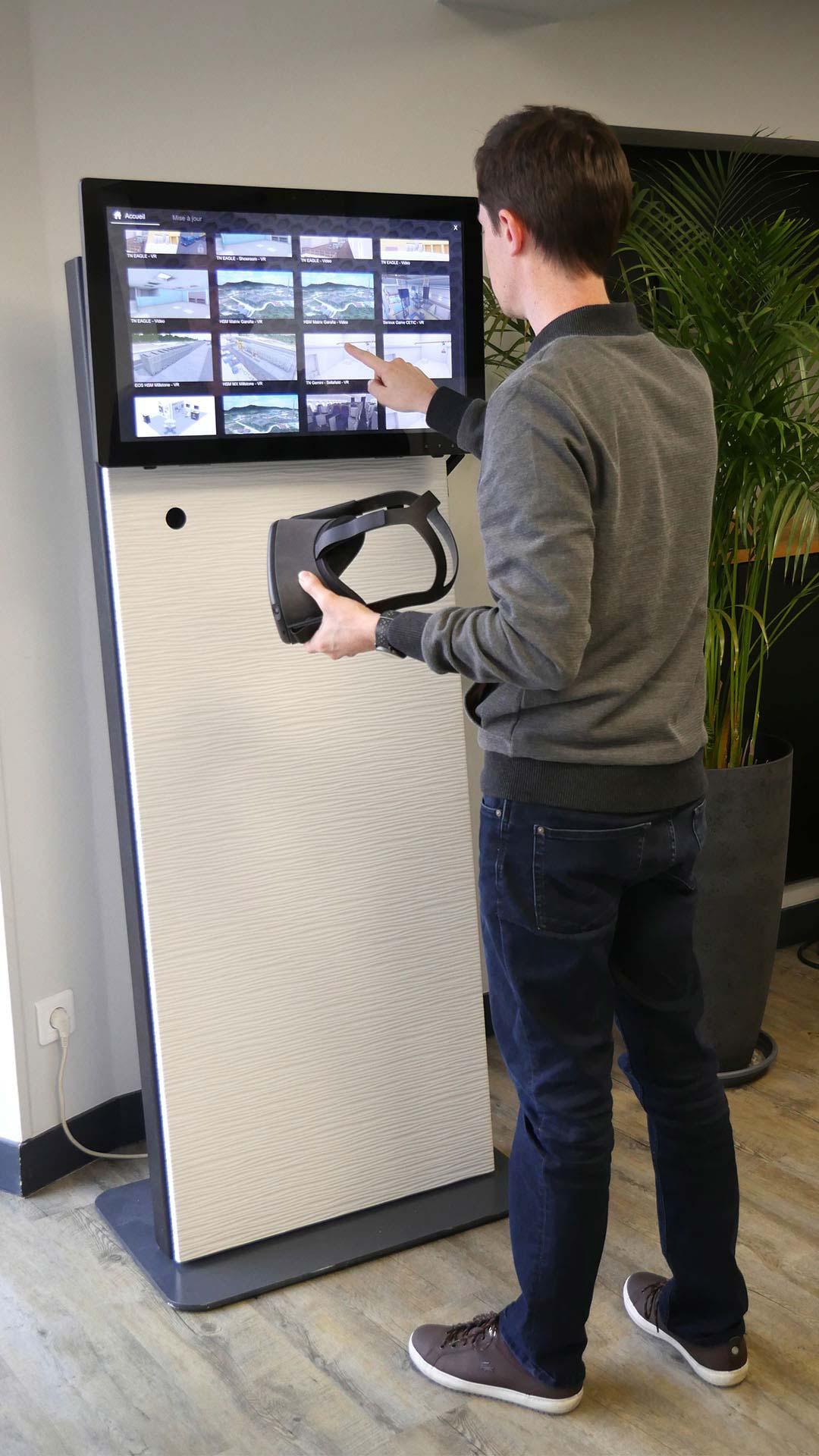 Un collaborateur utilisant une borne tactile interactive